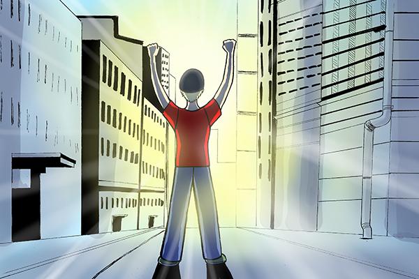 Piirroskuvassa punapaitainen poika seisoo kaupungin kadulla ja nostaa kädet ilmaan. Kadun päästä paistaa aurinko kerrostalojen väliin.